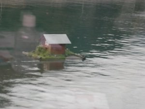 湖に浮かぶ小屋
