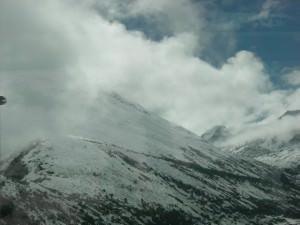 雲隠れする山