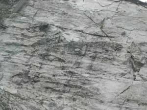電車の中から見る岩肌
