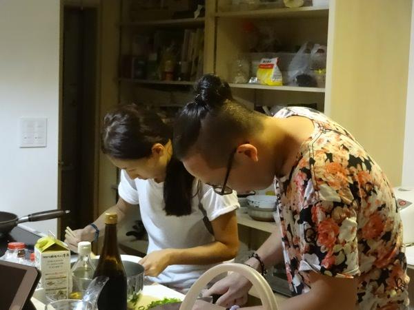 料理するゲストの2人