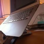 姿勢改善のためにノートパソコン用のスタンドを導入、その使用レポート