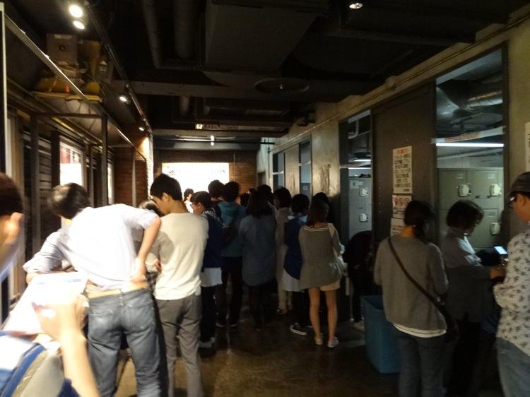 渋谷クラブクアトロに集まる人々