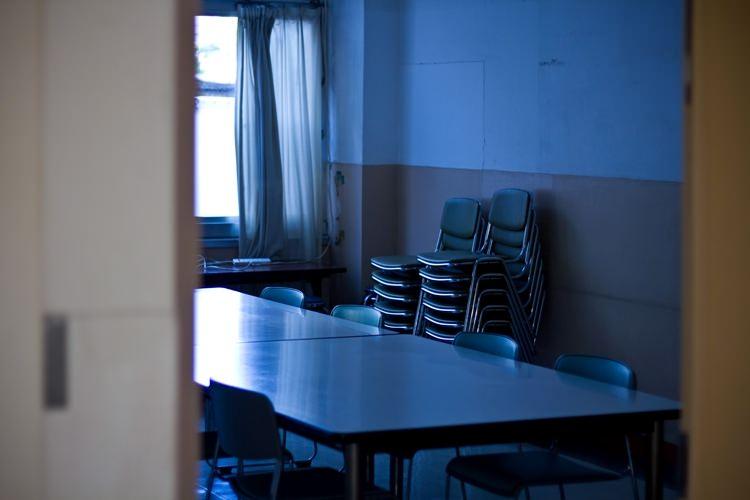 薄暗い会議室